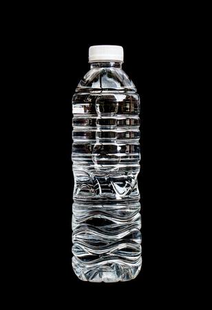 fles water geïsoleerd op een zwarte achtergrond.