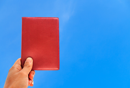 longue: Male hand holding blank book
