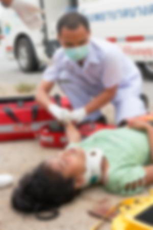 visitador medico: Imagen borrosa de personas no identificadas de accidentes de coche esperando la medicina o un médico en el lugar del accidente.