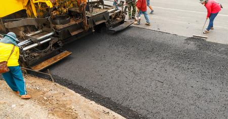 Leichte Vibration Walzenpresse bei Straße im Bau und Reparatur von Asphalt, Straßenherstellung. Standard-Bild - 46978347