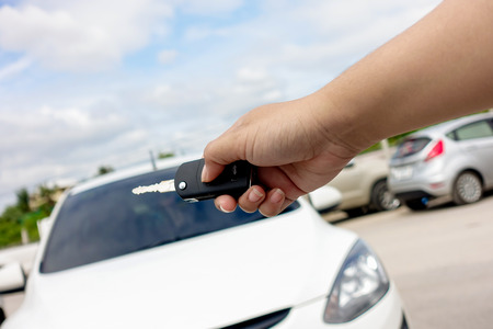 open autocar auto: hand presses on the remote control car alarm systems