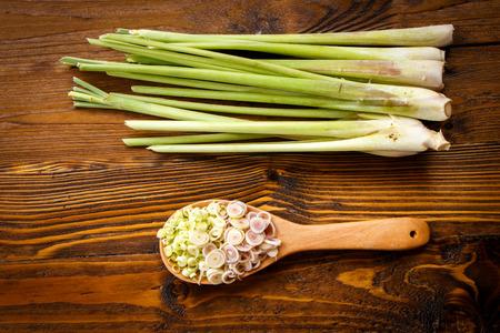 lemongrass slice on wooden background. Standard-Bild