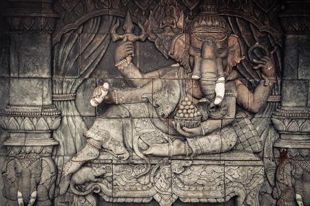 Elephant god standbeeld op de openbare tempelmuur in Thailand Stockfoto