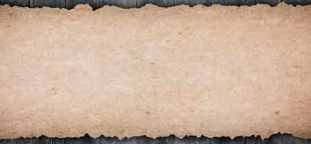 오래 된 소박한 빈 종이 텍스트를 표시하는 나무 탁상에 넣어