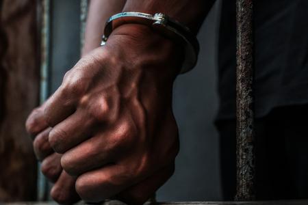 Gevangene met metaalkooi in de gevangenis, geen vrijheidsconcept