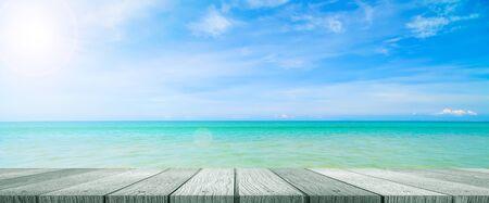 wood table top on blur sea and summer sky background Lizenzfreie Bilder
