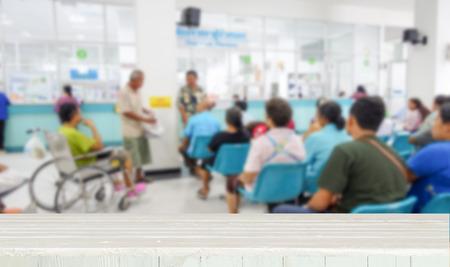 薬や医者を待っている人々 のイメージがぼやけと木製卓上型 写真素材