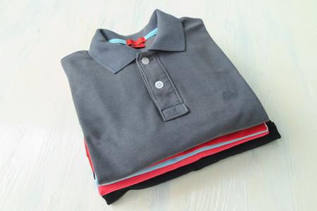 Polo shirts op witte achtergrond houten tafelblad