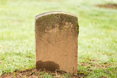 霧、緑の墓地に墓所の墓の石。