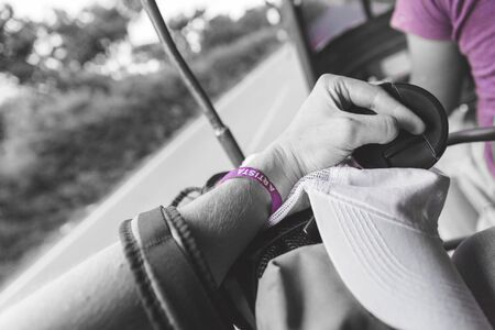 それを言葉の「アルティスタ」とリストバンド。それ以外の場合黒と白の写真で男の腕に紫のリストバンド。