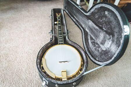 caoba: High-value banjo in custom hard case. Banjo has mahogany body and gold accents.