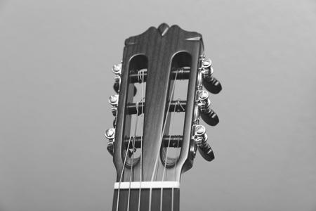 흑인과 백인 촬영 어쿠스틱 기타의 headstock.
