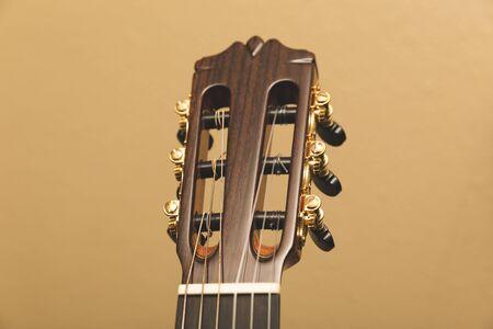 황금 튜닝 쐐기 또는 capstans와 어쿠스틱 기타의 headstock.