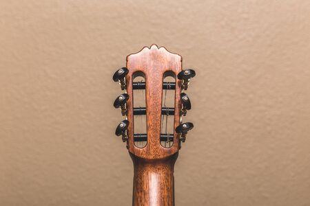 뒷면에서 본 어쿠스틱 기타의 headstock. 스톡 콘텐츠