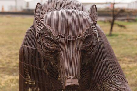 金属線から作られたハイイログマ芸術作品。