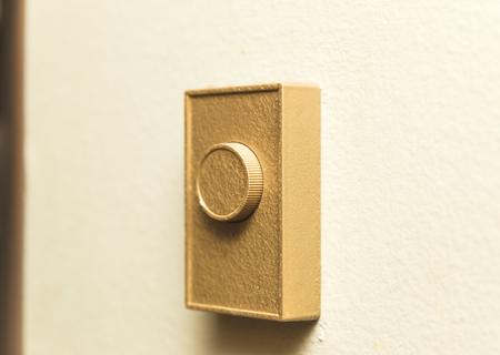 ヴィンテージやレトロなサーモスタットかヒーター コント ローラーは家の壁にマウントされています。