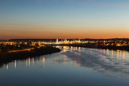 グレートフォールズ、モンタナ州ミズーリ川の上の街の明かり。