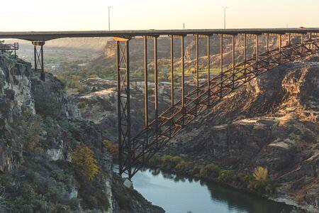 米国アイダホ州南部のスネーク川を越えたアイダホ州ツインフォールズとジェローム近くのペリーヌ橋。