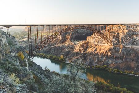ツインフォールズとジェローム、アイダホ州の近くのペリーヌ橋は、米国南部アイダホ州のスネーク川の上に。