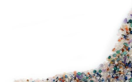 piedras preciosas: Marco o borde de guijarros de cuarzo y piedras preciosas en el fondo blanco