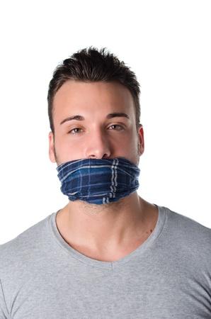 kokhalzen: Jonge man met gag over zijn mond is zwijgen en niet kunnen spreken