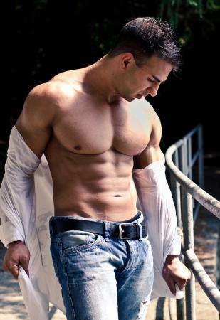 torso nudo: Bello, muscoloso culturista apertura camicia per mostrare pettorali, addominali e muscoli del braccio