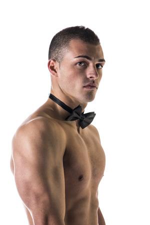 Aantrekkelijke shirtless jonge man met zwart strikje, geïsoleerd op wit