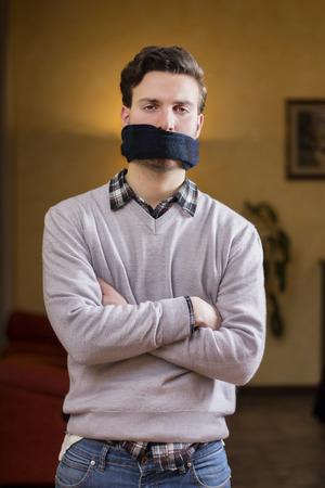 imbavagliare: Giovane con gag (sciarpa) sulla sua bocca non pu� parlare