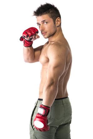 Muscular hombre joven descamisado con los guantes de artes marciales mixtas (MMA), vista de perfil, aislados Foto de archivo