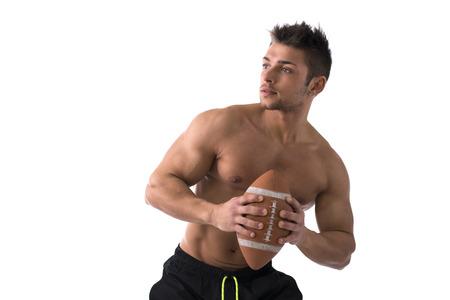 homme nu: Joueur de football américain sans chemise musculaire prêt à lancer la balle, isolé sur blanc Banque d'images