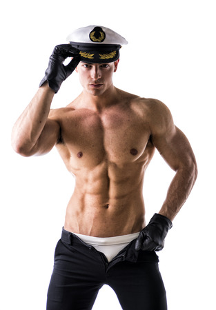 sin camisa: Marinero Varón descamisado muscular con el sombrero náutico, aislado en blanco