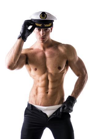 Musculaire marin mâle torse nu avec un chapeau nautique, isolé sur blanc Banque d'images