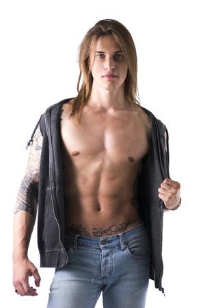 jeans apretados: El hombre de pelo largo con el tatuaje que llevaba chaqueta Negro, aislado en blanco Foto de archivo