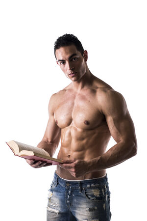 persona leyendo: Sin camisa Sexy Muscular hombre lee el libro grande aislado en el fondo blanco Foto de archivo