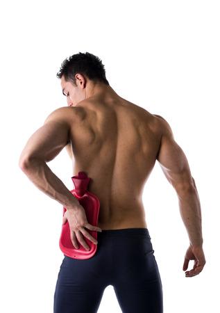 hombros: Detr�s del hombre joven con dolor de cadera o de ri��n, la botella de agua caliente, aislado en blanco Foto de archivo