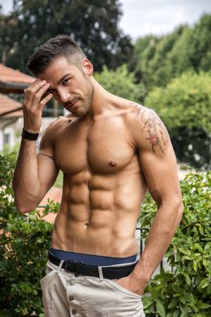 naked man: Apuesto joven musculoso sin camisa al aire libre, mirando a la cámara Foto de archivo