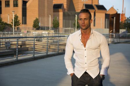 ragazze bionde: Handsome muscolare uomo biondo in piedi in ambiente citt� alla ricerca di un lato, grande copyspace