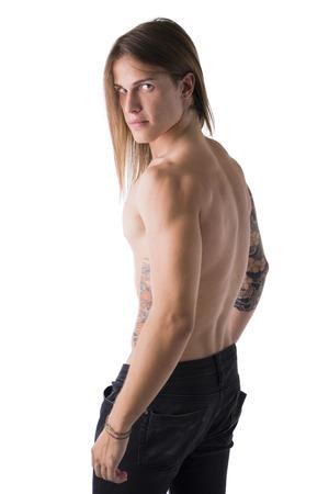 Belle jeune homme torse nu à long poil, sérieux, posant isolé sur blanc, profil tir