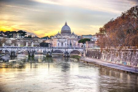 Cattedrale di San Pietro, Città del Vaticano visto dal fiume Tevere al tramonto, HDR filtro
