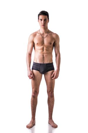 seins nus: Corps de pleine longueur tir de beau, bon jeune homme v�tu seulement de sous-v�tements debout isol� sur fond blanc, regardant la cam�ra Banque d'images