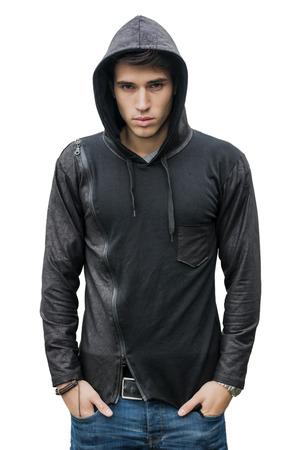 Knappe jonge man in het zwart hoodie trui geïsoleerd op wit op zoek naar camera