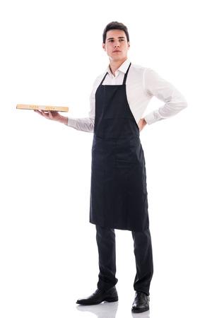 camarero: Cocinero joven atractiva o camarero caja de pizza la celebraci�n de aislados en fondo blanco