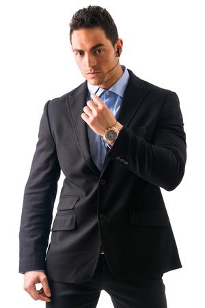 guardaespaldas: Hombre elegante ressed como guardaespaldas o agente de seguridad, con auriculares, aislados en blanco
