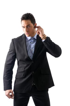 agent de sécurité: Homme élégant ressed comme garde du corps ou de l'agent de sécurité, avec des écouteurs, isolé sur blanc