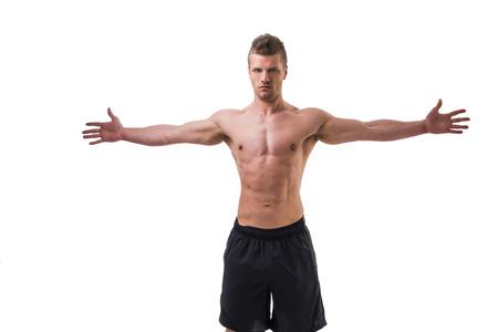 白で隔離、魅力的な若い筋肉男の腕と上半身裸が広げる