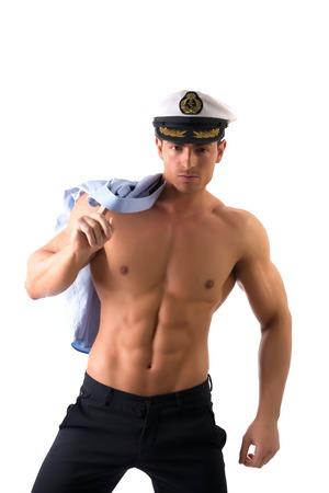 männer nackt: Muskulös Nackter Oberkörper männlichen Seemann mit marine Hut, isoliert auf weißem