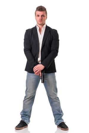 guardia de seguridad: Hombre elegante con el arma, vestido como un espía o agente secreto, con auriculares, aislados en blanco. Figura Tiro lleno