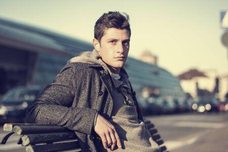 sueter: Hombre joven atractivo en el entorno urbano