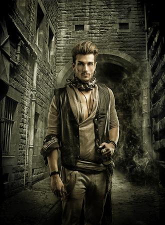 hombres jovenes: Apuesto hombre joven en pirata Moda Outfit en Old Medieval Ciudad Calle