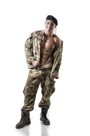 sin camisa: Retrato integral del hombre muscular con el pie la cabeza rapada en Studio. Aislado en el fondo blanco que llevaba pantalones de impresión camuflados y chaqueta Foto de archivo